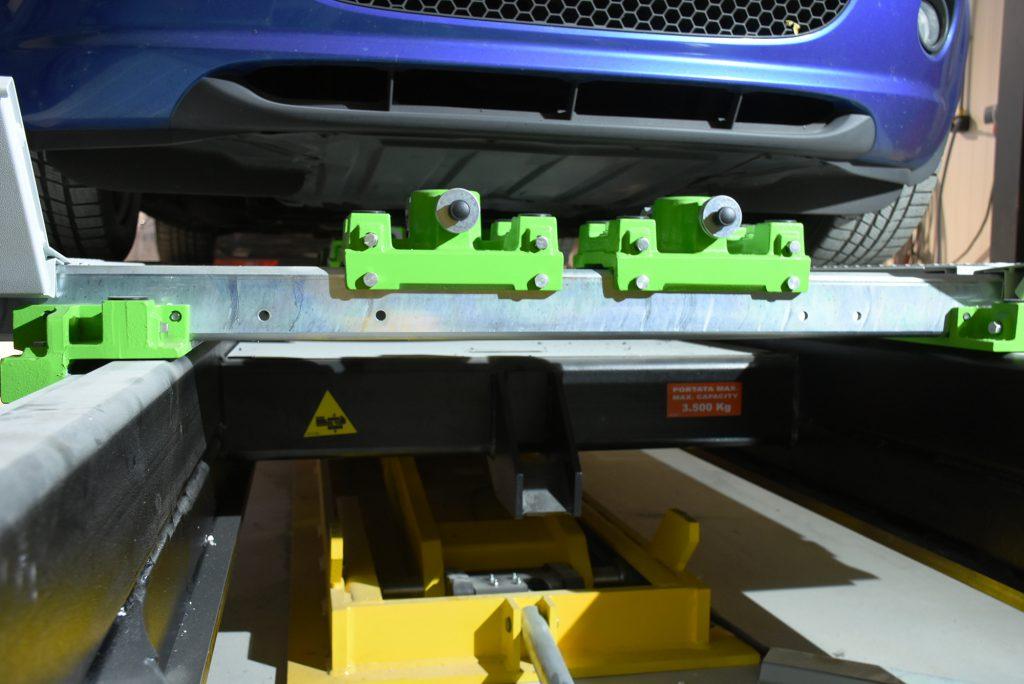Richtbank für die Unfallinstandsetzung in einer Karosseriewerkstatt